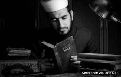 Musulmán leyendo la Biblia
