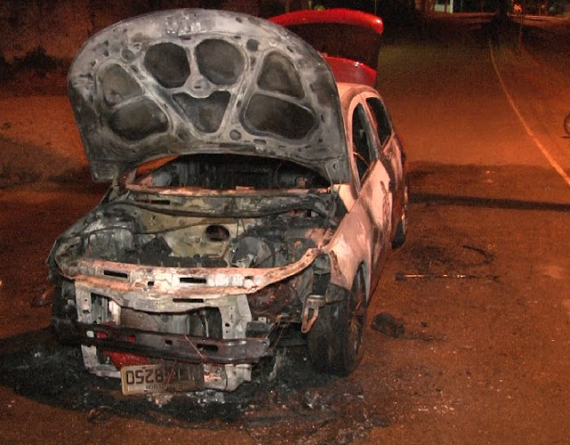 Veículo modelo Gol pega fogo em via pública e fica destruído na Capital