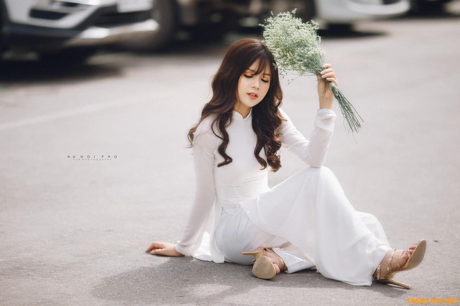 Nguyễn Thùy Dương như thiên thần trong bộ áo dài trắng