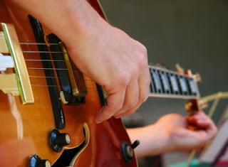 4 Cara Menyetem Gitar Dengan Cepat Dan Akurat