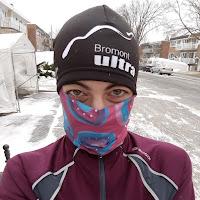 Coureuse, hiver, look de ninja, rue de Montréal