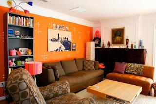 Sala color marrón y naranja