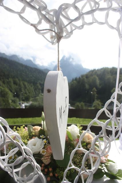 Ringkissen Herz Rosamunde Pilcher inspirierte Sommerhochzeit in Pfirsich, Apricot, Pastelltöne - Heiraten in Garmisch-Partenkirchen, Bayern, Riessersee Hotel, Seehaus am Riessersee - Hochzeit am See in den Bergen - Peach and Pastell wedding