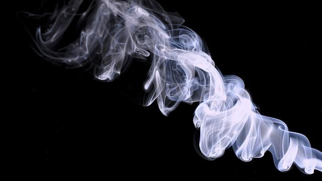 Zwarte wallpaper met witte rook