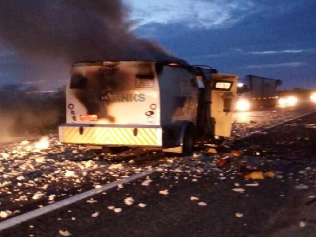 Quadrilha armada explode carro-forte em Aracati, interior do Ceará