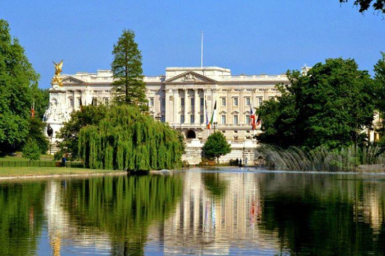 Buckingham Sarayı'nın bilgi işlem dairesi vardır, bu bölümde saray hakkında sorulan sorular cevaplanmaktadır.