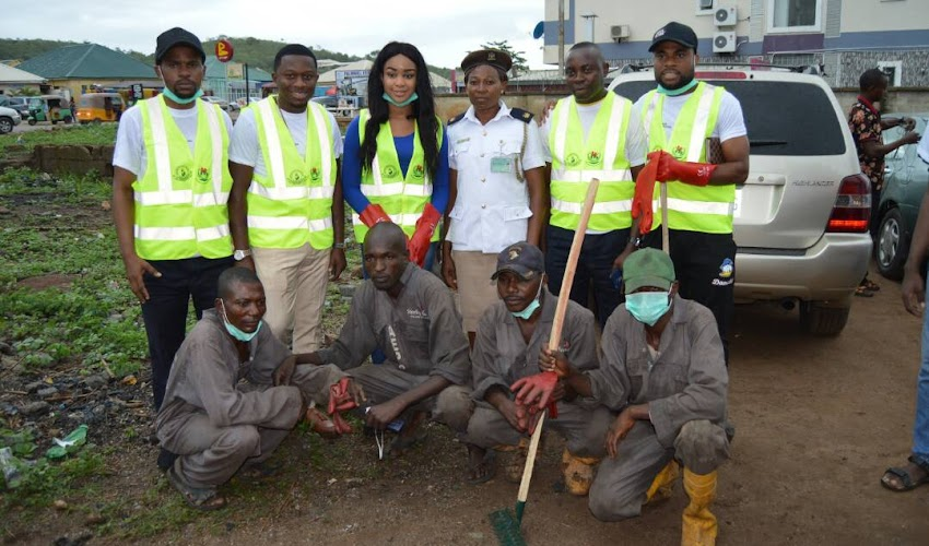 KUDOS! Ex Beauty Queen Ijeoma Chikezie and team, defy Heavy Rainfall To Clean Abuja streets Today (photos)
