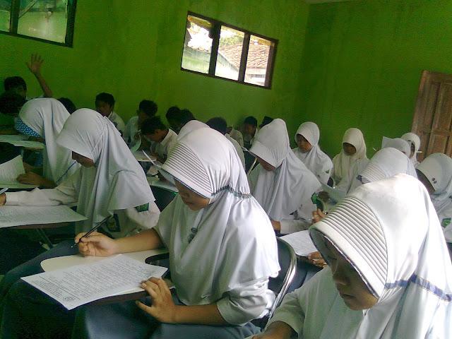 Peserta Didik Madrasah Aliyah Nurussyahid Kertajati Sedang Mengikuti Semester Ganjil Tahun 2013