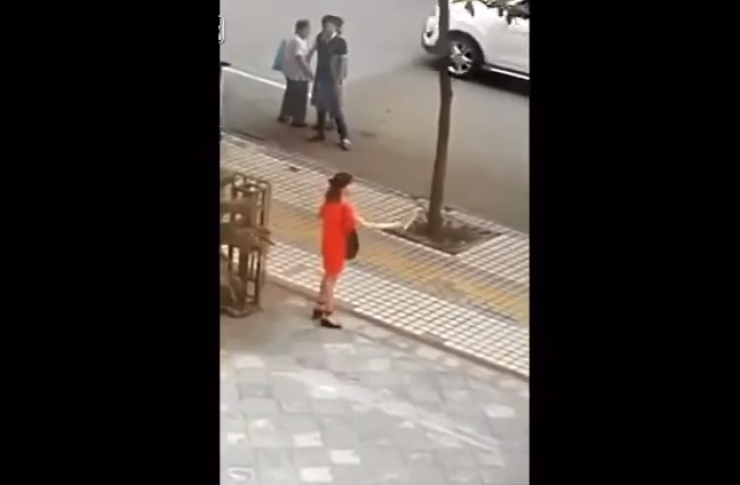 لقطات تخطف الأنفاس لفتاة تحاول ذبح نفسها بالساطور! شاهد من الذي قام بإنقاذها !!