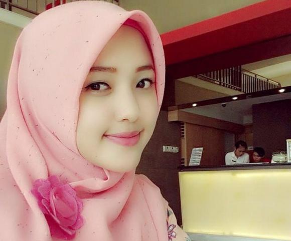 Pengusaha Batik asal Cirebon Cantik Sally Giovanny