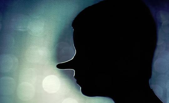 Hombre con nariz de pinocho - es una metáfora cuando alguien miente