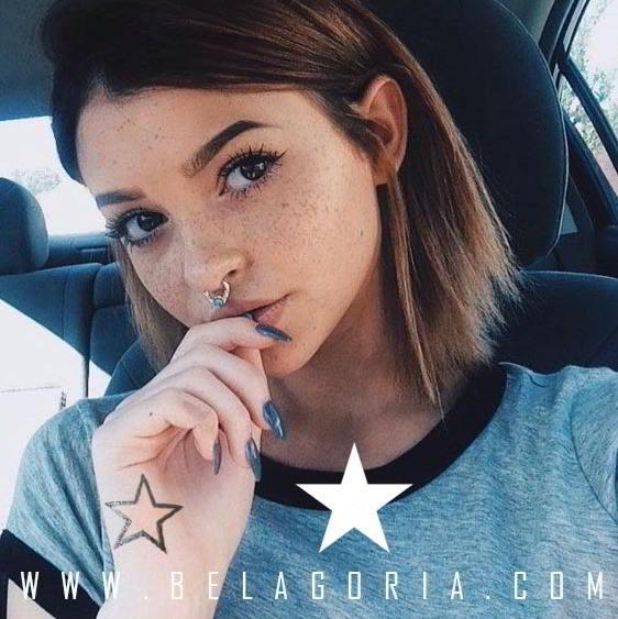 vemos a una chica con tatuaje de estrella en la mano