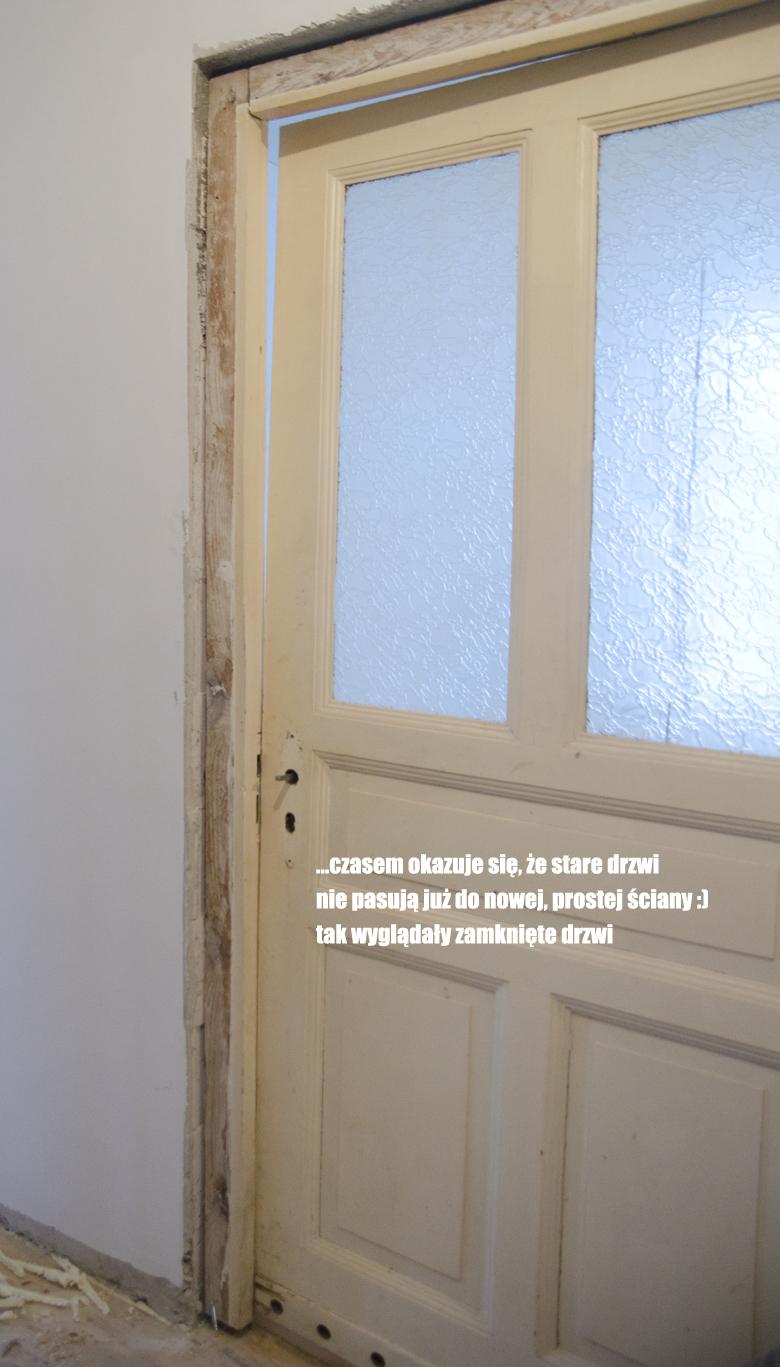 stare krzywe drewniane drzwi