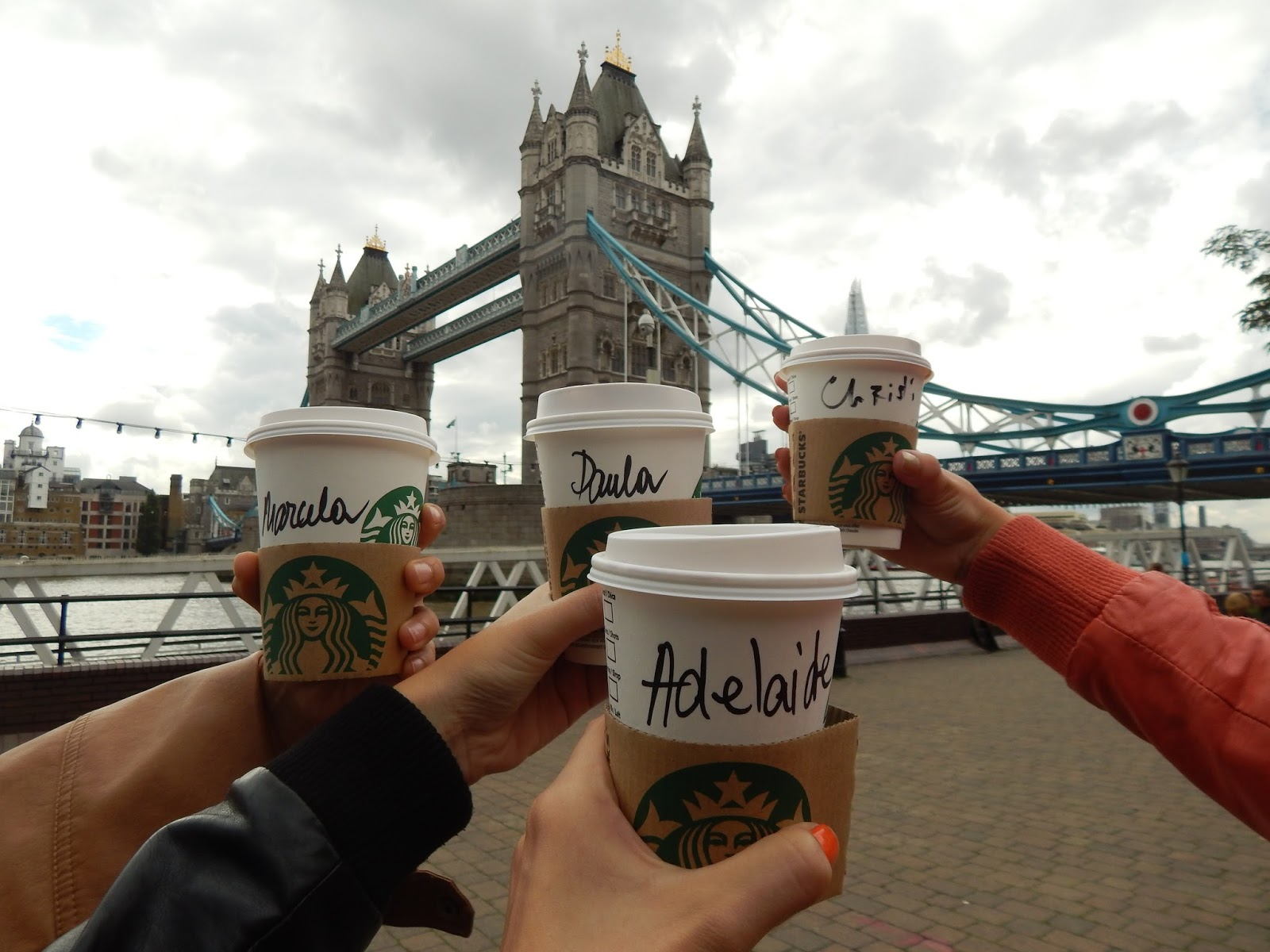 Dýňové latté ve Starbucks u Tower Bridge v Londýně