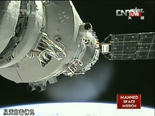 Thiên Cung 1 là thiết bị lên quỹ đạo đầu tiên của Trung Quốc trong chương trình không gian của nước này. Đây là hình ảnh từ một chương trình truyền hình của kênh CNTV cho thấy tàu vũ trụ Thần Châu 9 đang cập bến Trạm Không gian Thiên Cung 1 vào ngày 24 tháng 6 năm 2012, phi hành gia thực hiện việc kết nối này là Lưu Vượng, một quân nhân thuộc Không quân Trung Quốc. Hình ảnh: CNTV.
