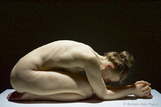 Mujer Arrodillada de Sam Jinks, por El Guisante Verde Project