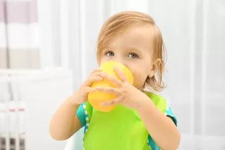 طفل يشرب العصير