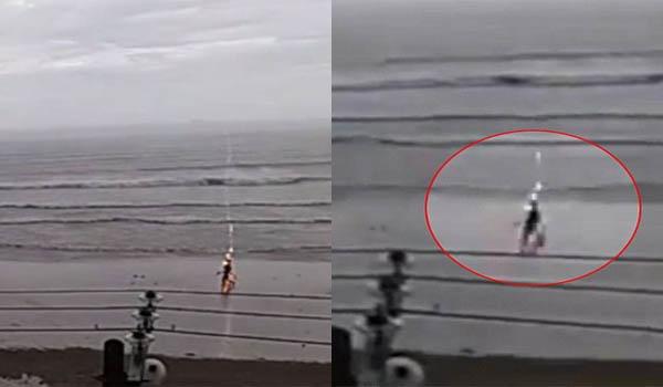 Detik-Detik Seorang Wanita Tersambar Petir di Pinggir Pantai, Ngeri!