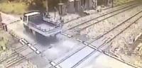 شاهد بالفيديو شاحنة تعلق في السكة الحددية