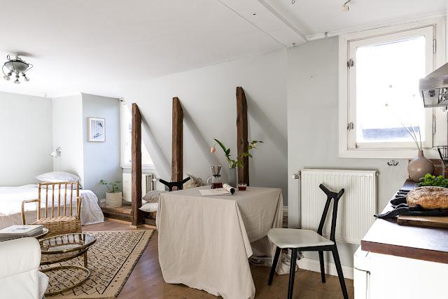 Detalii rustice într-o garsonieră de numai 23 m² amenajată la mansardă