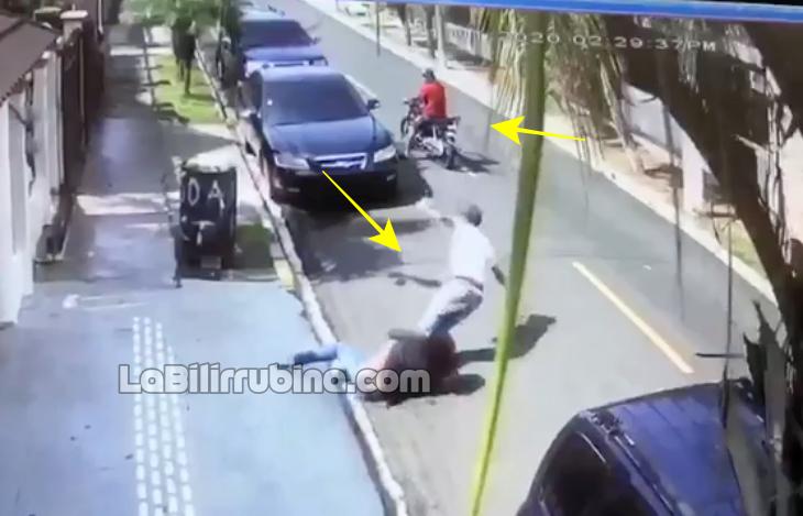 [Video] Mujer se 'emburuja' con atracador en Santiago