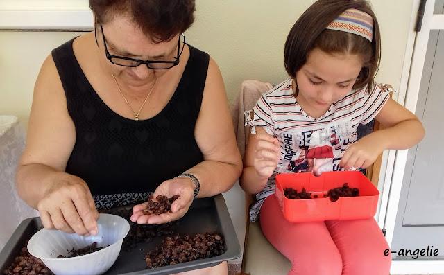 γιαγιά και εγγονή καθαρίζουν σταφίδες