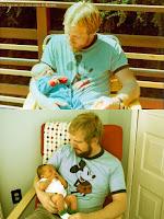 Lustiges Bild Vater mit Baby auf dem Arm - damals und heute