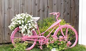Bicicleta no jardim com flores