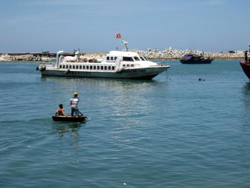 Tàu du lịch đưa khách đến đảo Lý Sơn