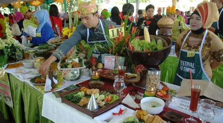 Festival kuliner Sego Tempong di Banyuwangi.