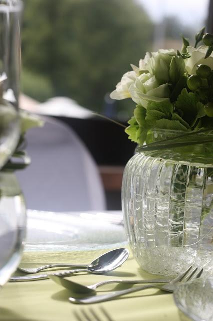 Tischblumen Hochzeit in Grün und Weiß im Riessersee Hotel Garmisch-Partenkirchen Bayern, Regenhochzeit im Sommer, Wedding Bavaria - wedding green white