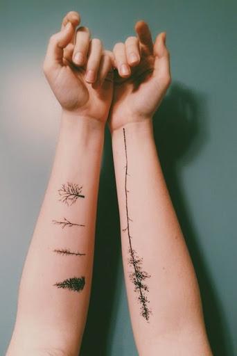 Diferentes tipos de árvores são renderizados em tinta preta sobre o utente antebraços neste tatuagem conjunto.
