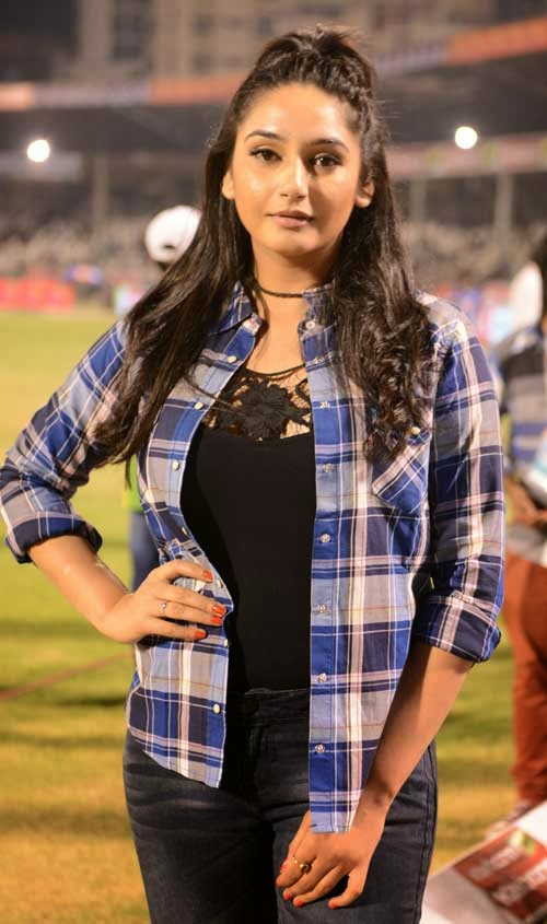 The final CCL 2014 match Kerala strikers vs Bhojpuri bulldogger was done in Hyderabad LB stadium, this final match was very exited to see, the CCL 4 ambassador Sruthi Hassan, Bhavana, and Sanjana and other sexy hot heroines are attended to CCL 4. Very large crowed came to see the match, here some of the final CCL 2014 Hyderabad heroes and hot and sexy heroines photos CCL 4 Gallery