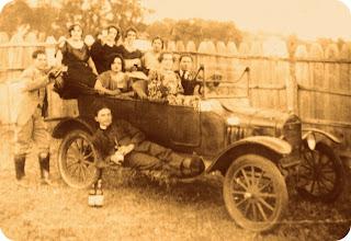 """Foto Antiga da """"Jubureca"""" (automóvel Ford 1927), no Museu Antropológico de Ijuí"""