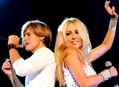 Foto de Carlos Baute junto a una cantante