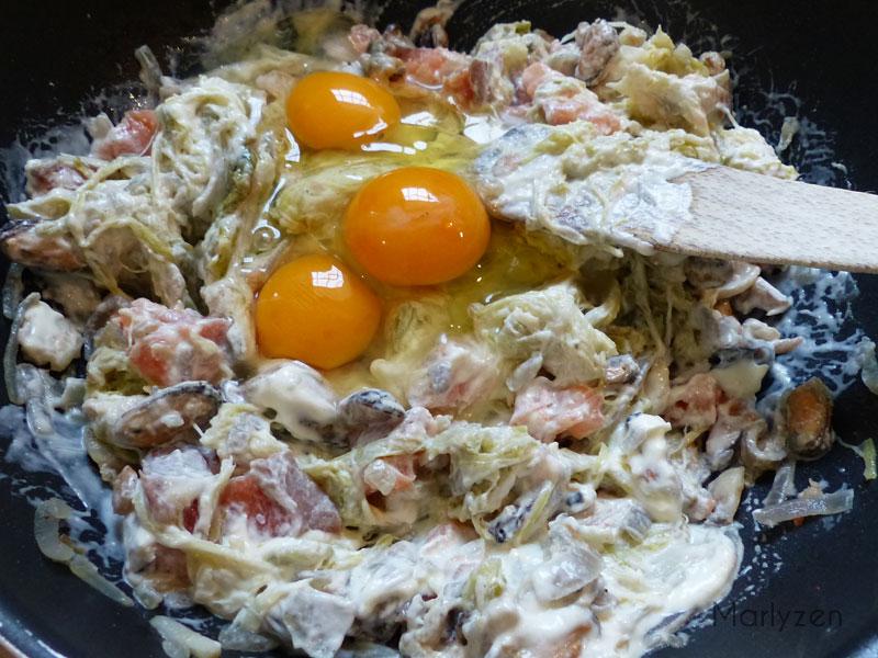 Cassez les œufs et mélangez.