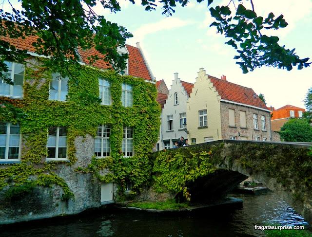 Ponte sobre um canal de Bruges, Bélgica