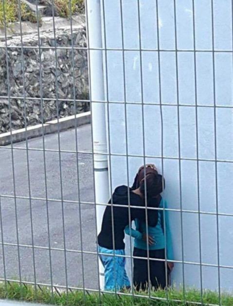 Aksi Gadis Remaja Bertudung Gua Musang