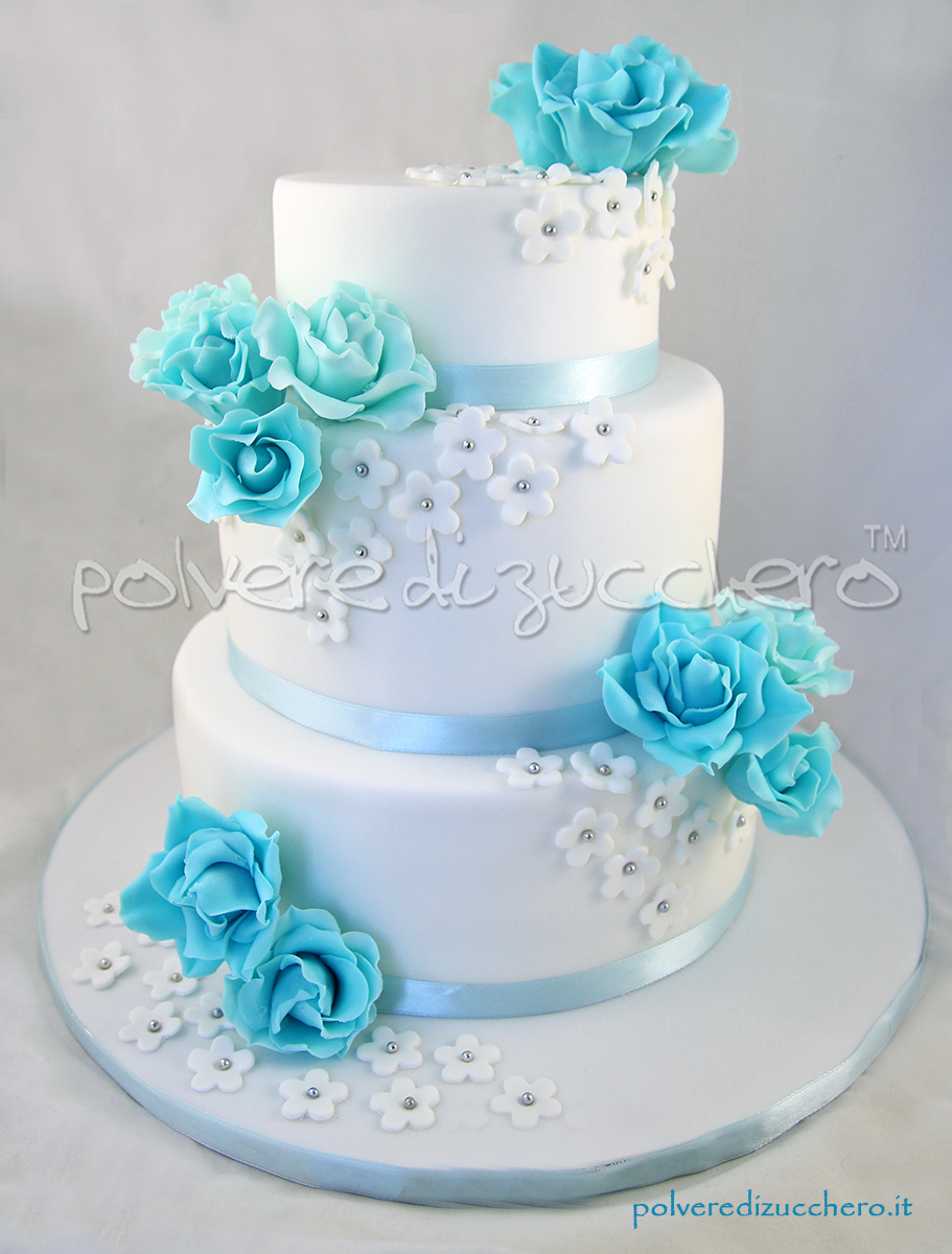 torta nuziale a 3 piani con fiori bianchi e rose azzurre