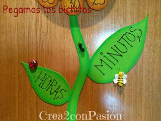 Hojas-del-tallo-escritas-las-palabras-horas-minutos-diy-reloj-primaveral-para-aprender-las-horas-Crea2conPasión-en-goma-eva-y-bichos-en-pasta-modelar
