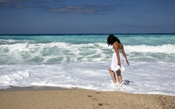Wallpaper: Girl walking on the ocean beach