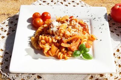 Makaron z kiełbasą i pomidorami