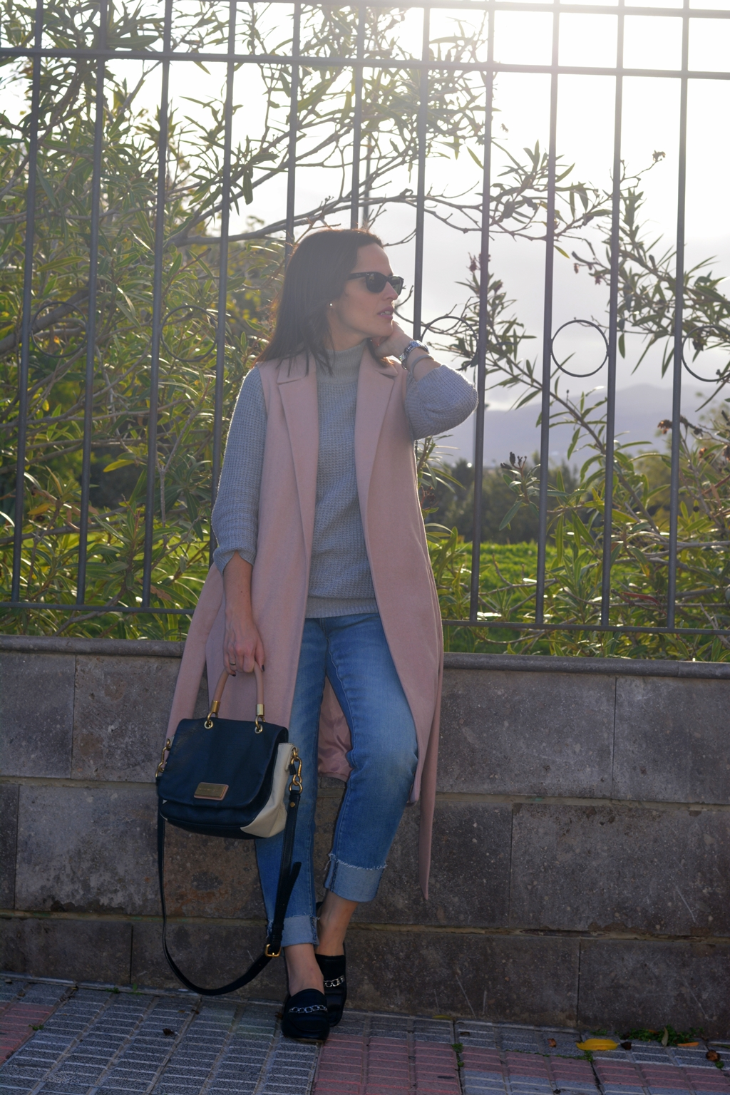 outfit-chaleco-rosa-new-look-street-style