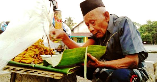 [BACA KISAHNYA] Hanya Untung 16 Ribu, Kakek 95 Tahun ini Berjualan Tahu Sampai Larut Malam, Tolong Doakan Kakek Ini Agar Diberi Rezeki yang Banyak