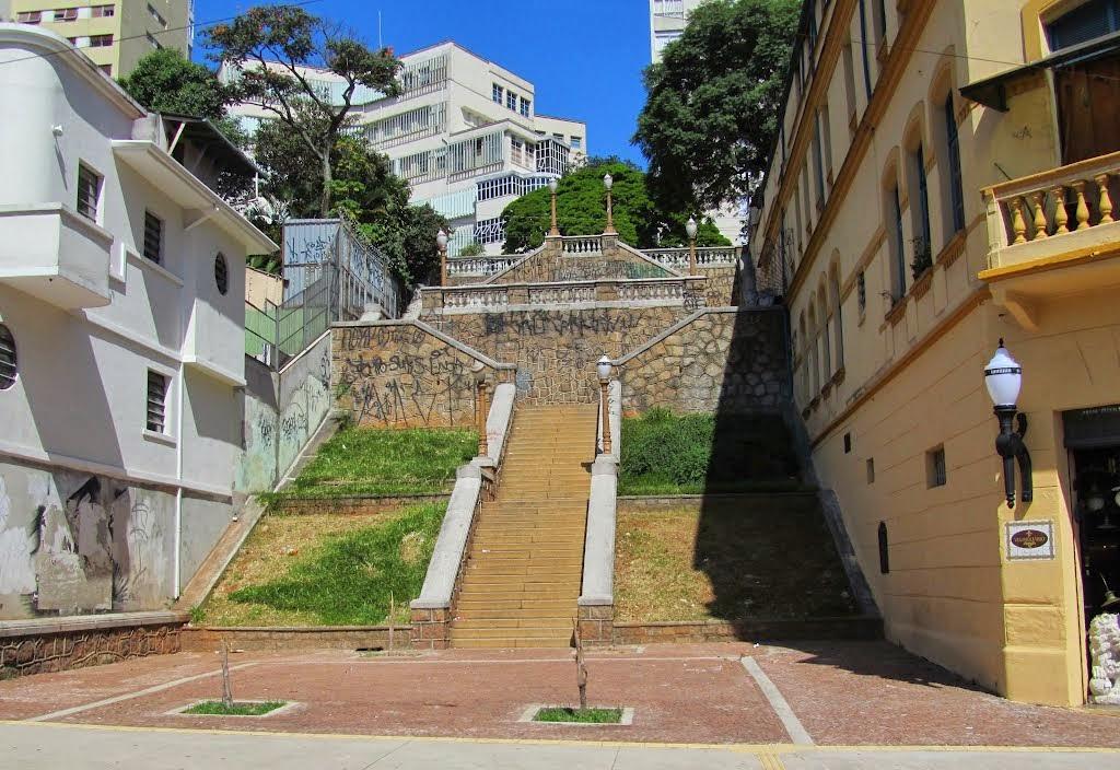 Ao lado da Praça Dom Orione, fica a escadaria que une a parte baixa do  bairro à alta, na Rua dos Ingleses, dando acesso por um lado ao Museu dos  Óculos, ... bd007deed0