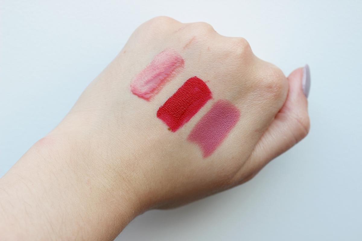 Dr Irena Eris pomadka matująca Real Matt Lipstick - Pink Nuance N°607, matowa pomadka w płynie Liquid Matt Lip Tint - Vanguard Red N°706, błyszczyk do ust - Shiny Lip Gloss N°11 Candy Pink swatche, na żywo, jak wyglądają