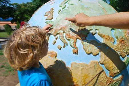 Niño señalando un mapa del mundo