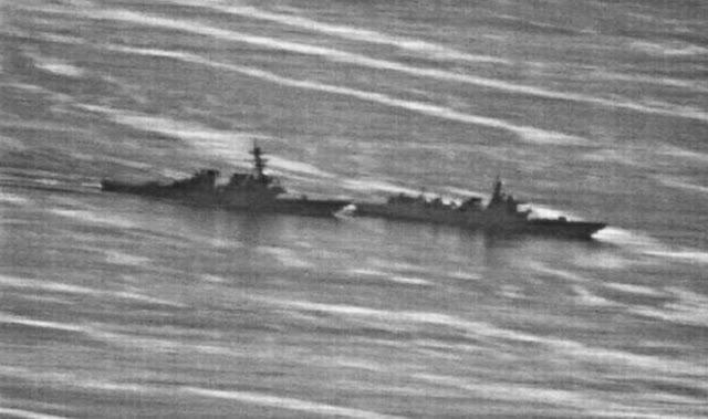 Hình ảnh cận cảnh pha chặn đầu của tàu Luyang (phải) trước tàu USS Decatur trên Biển Đông