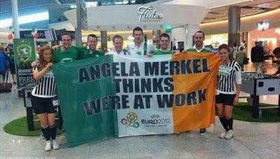 Lustige Menschen mit Spruch Banner - Merkel glaubt wir arbeiten Spassbilder