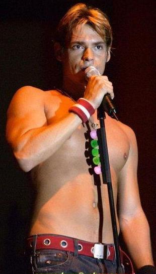 Foto de Carlos Baute cantando más joven
